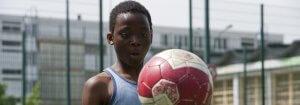 photo enfant adolescent ballon de football foot sport